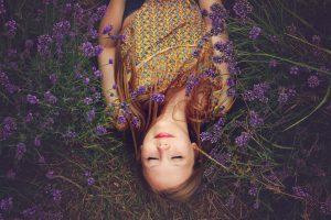 FRau im Lavendelfeld